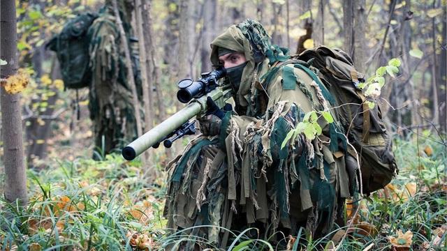Các tay súng bắn tỉa Nga ngụy trang ẩn thân giữa rừng cây