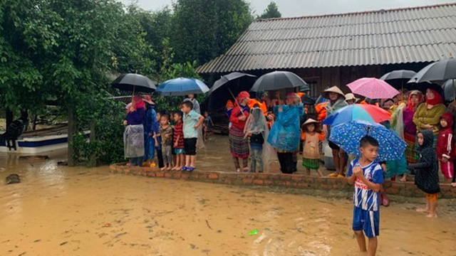 Đắk Lắk: Đường ngập nặng sau mưa lũ, hàng trăm hộ dân bị cô lập