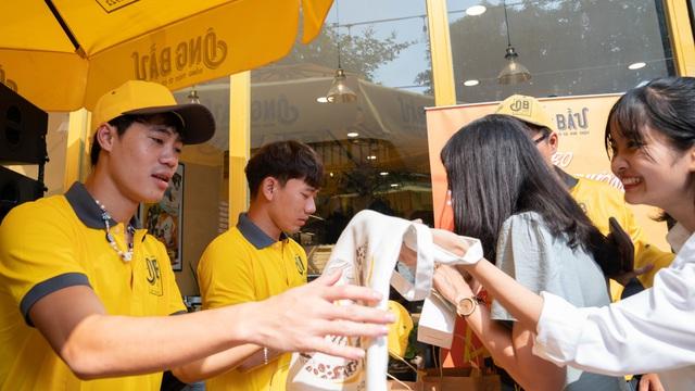 Công Phượng, Văn Toàn, Tuấn Anh... được trao sở hữu quán flagship đầu tiên của cà phê Ông Bầu