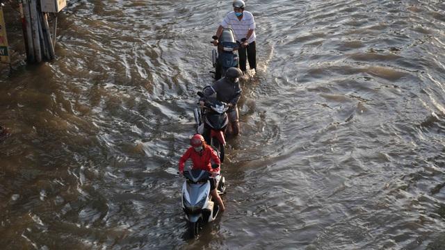 Triều cường dâng cao, đường phố Sài Gòn ngập sâu chiều cuối tuần