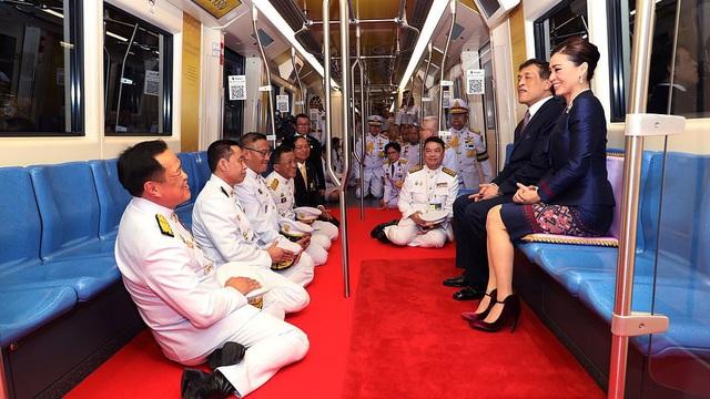 Quốc vương và Hoàng hậu Thái Lan xuất hiện giữa lúc biểu tình lan rộng