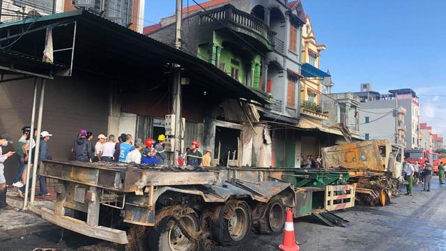 Hải Dương: 2 ô tô đầu kéo va chạm, thiêu cháy 3 nhà dân ven đường