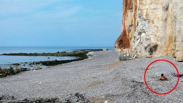 Thảnh thơi mặc bikini ngồi hóng mát trên bãi biển, cô gái không ngờ mình may mắn thoát chết trong gang tấc