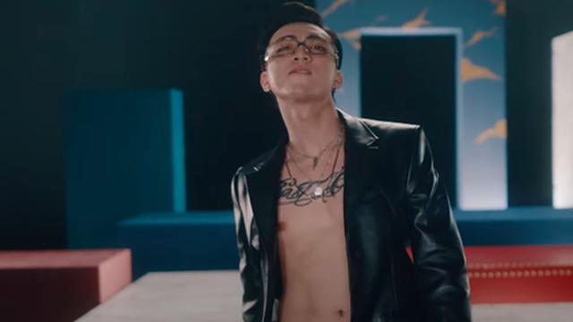Soobin phanh áo khoe hình xăm trong MV mới