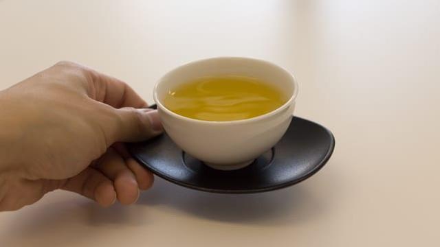 Cậu nhân viên trẻ vừa đi làm đã nhanh chóng được cấp trên cất nhắc, cơ hội đến chỉ sau 1 lần rót trà mời khách
