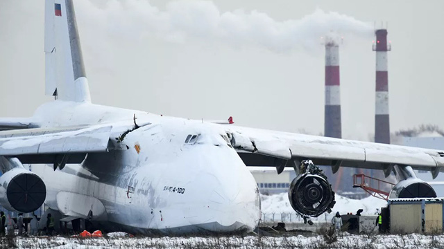 24h qua ảnh: Máy bay vận tải khổng lồ trượt trên đường băng