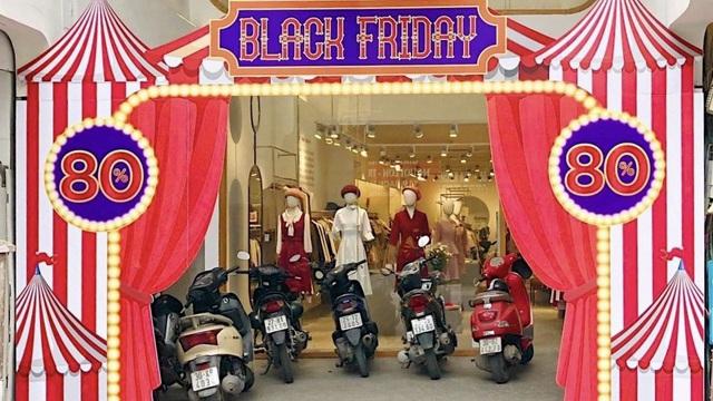 Nhiều cửa hiệu tưng bừng tung sale 'khủng' dịp Black Friday
