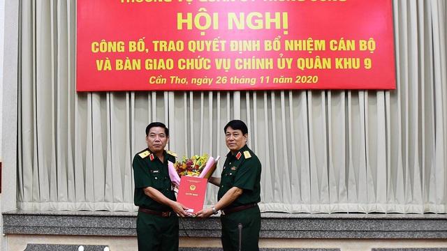 Trao quyết định bổ nhiệm cán bộ, bàn giao chức vụ Chính uỷ Quân khu 9
