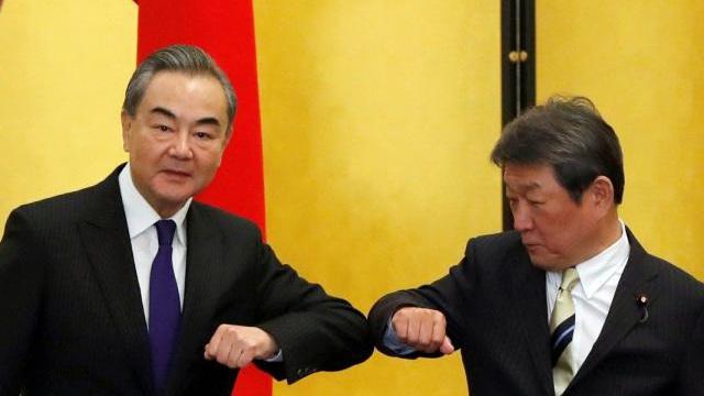 """Sang Nhật Bản nói """"điều lạ"""", Ngoại trưởng TQ bị phản pháo gay gắt"""