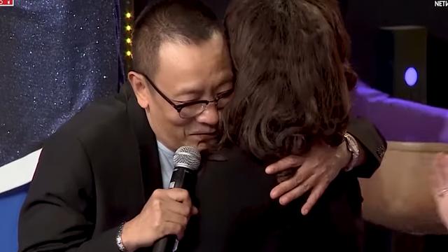 MC Lại Văn Sâm xúc động ôm chặt thần tượng của mình khi lần đầu được gặp