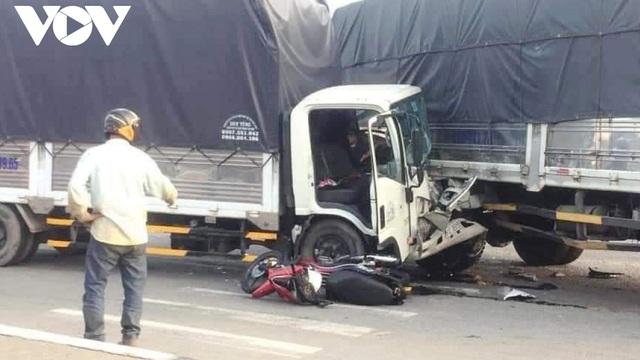 Xe container lao vào dòng xe đang chờ đèn đỏ gây tai nạn liên hoàn