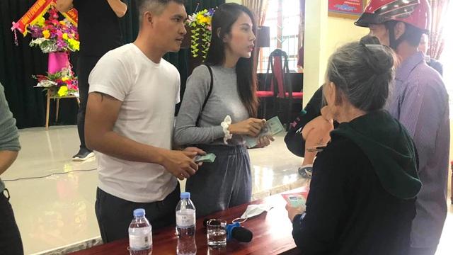 Thủy Tiên và Công Vinh về Nghệ An trao tiền, tặng 115 triệu cho người mất cả trại gà 10.000 con