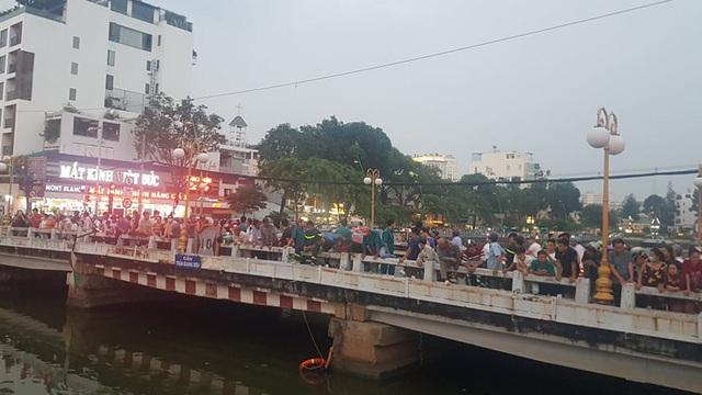 Hàng trăm người đứng xem cảnh sát lặn tìm người đàn ông nhảy kênh Nhiêu Lộc – Thị Nghè