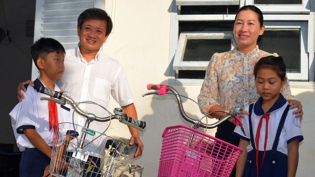 Ông Đoàn Ngọc Hải tặng quà và mời học sinh ở U Minh Hạ ăn phở