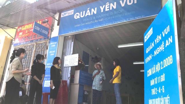 """Quán cơm 2000 đồng đầu tiên ở Nghệ An: """"Ai không có tiền vẫn mời họ vào ăn"""""""
