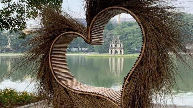 """Xôn xao bức ảnh một mô hình trái tim làm bằng tre đặt ở Hồ Gươm: """"Tối qua, tôi đã yêu cầu dời đi"""""""
