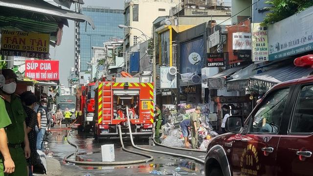 [Clip] Cháy lớn 5 căn nhà liền kề ở Sài Gòn, người dân cập rập di tản hàng hóa, tài sản ra ngoài