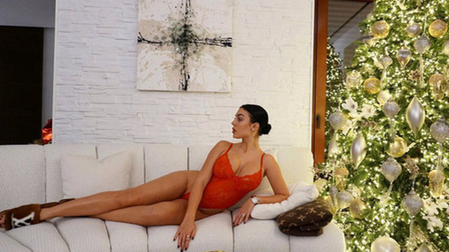 Bạn gái Ronaldo mang không khí Giáng sinh về bằng tấm hình cực nóng bỏng, tiện thể chỉ cho các cô nàng cách có được tình yêu trong mơ