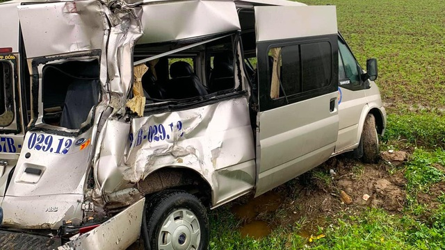 Tai nạn liên hoàn trên quốc lộ, xe khách 16 chỗ bị đâm nát phần đuôi, văng xuống ruộng