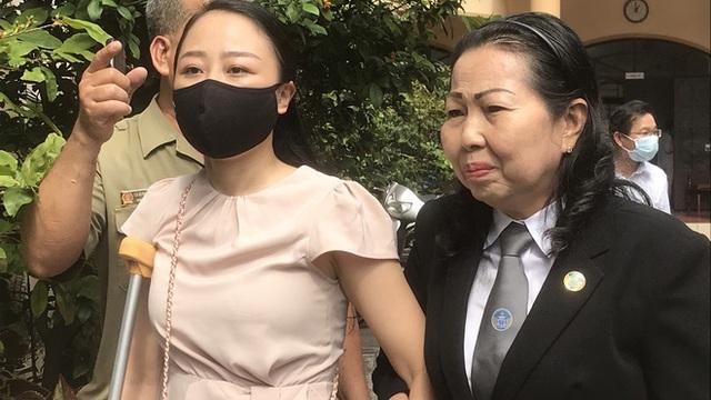 Tuyên phạt tài xế lái Mercedes tông nữ tiếp viên VNA thương tật 7 năm 6 tháng tù, mẹ bị cáo gào khóc tại tòa