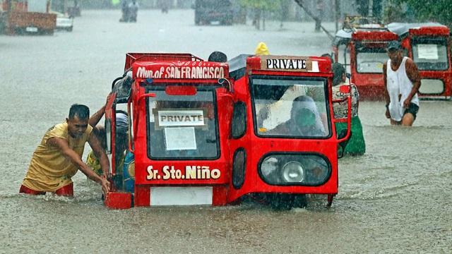 7 ngày qua ảnh: Người dân đẩy xe trên đường phố ngập lụt ở Philippines