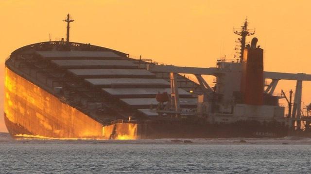 Tàu chở hàng gẫy đôi vì thủy thủ cố bắt sóng điện thoại