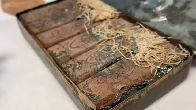 Phát hiện hộp sô cô la 120 tuổi còn nguyên vẹn trong đống giấy tờ cũ