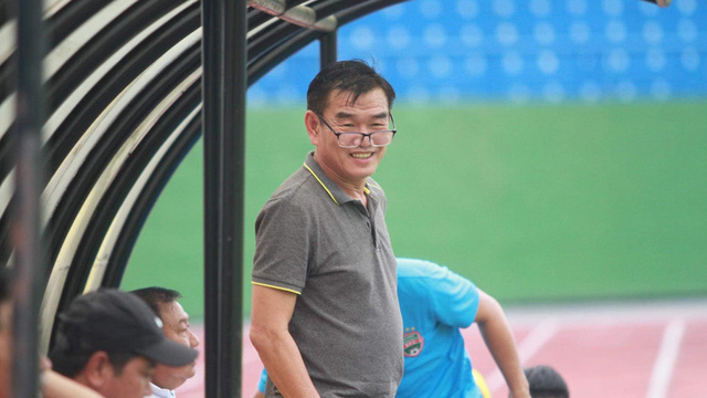 Nghịch lý dễ chịu của V-League