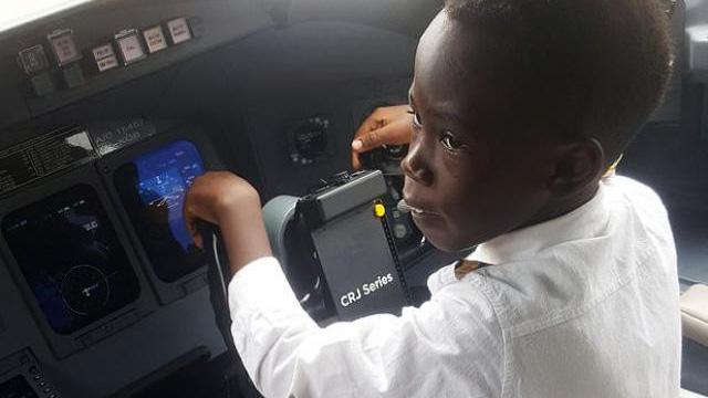 Cậu bé 7 tuổi nổi tiếng nhờ tài lái máy bay