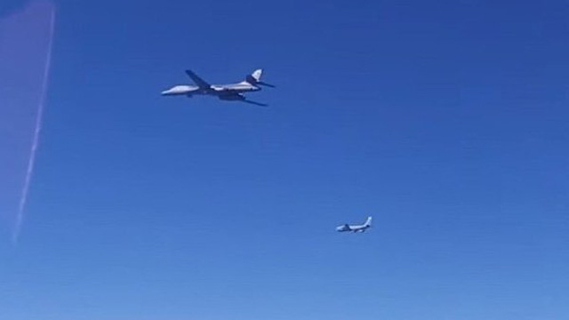 """Clip: Lai vãng sát biên giới Nga, máy bay ném bom Mỹ bị """"chặn đứng"""""""