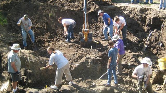 Đang thu hoạch quả chín trong vườn thì thấy hòn đá kỳ lạ, cả gia đình đào lên mới tá hỏa phát hiện ra thứ ẩn giấu bên dưới