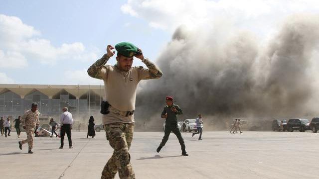 Máy bay chở chính phủ mới vừa hạ cánh, sân bay Yemen nổ lớn