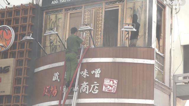 Cảnh sát kịp thời phá cửa khống chế đám cháy đang bốc trong nhà hàng khóa cửa