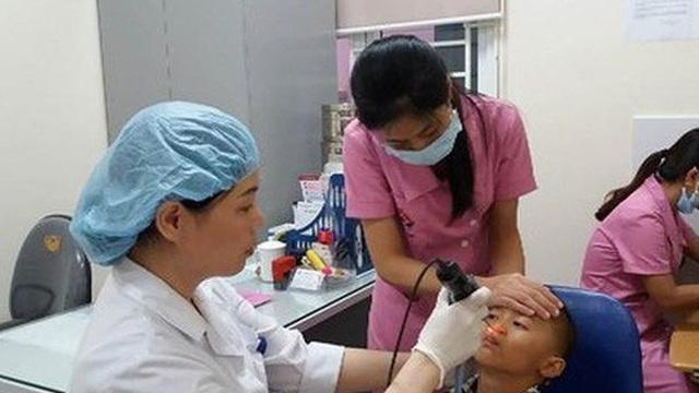 Trẻ bỏng niêm mạc mũi vì mẹ nhỏ nước ép tỏi chữa nghẹt mũi