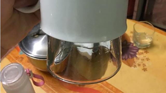 """Đăng ảnh hóng cao nhân gỡ giúp 2 chiếc cốc bị dính chặt, cô gái được dân mạng tận tình """"chỉ dẫn"""": Bạn đập bớt một cái là được mà?"""