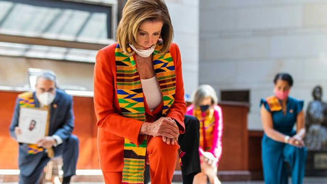 Mỹ: Điều đặc biệt về chiếc khăn nhiều màu sắc phe đảng Dân chủ đang quàng