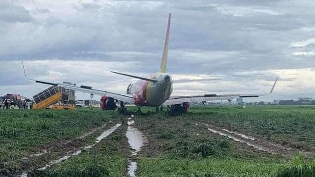 Máy bay Vietjet hạ cánh lệch đường băng, sa lầy vào bãi cỏ, sân bay Tân Sơn Nhất tạm dừng hoạt động