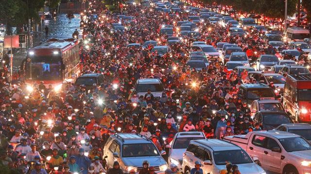 Người Sài Gòn chôn chân trong mưa lớn, ô tô, xe máy không nhúc nhích, giao thông hỗn loạn