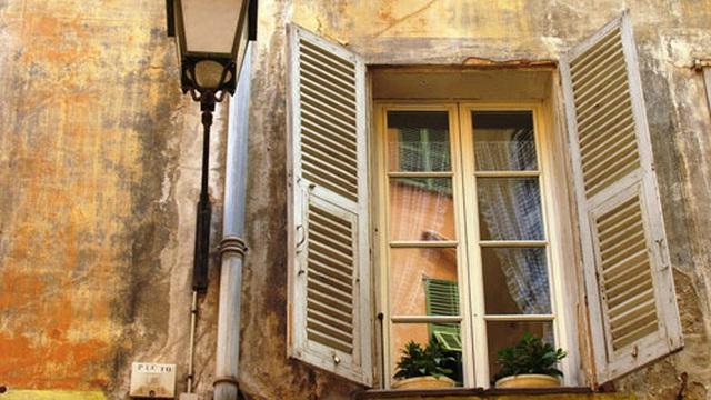 Mở nhầm cửa sổ, cô bé chứng kiến cảnh tượng khiến mình òa khóc và hồi kết nhắc nhở tất cả mọi người