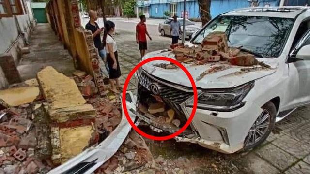 Xe Lexus tiền tỷ đâm sập hàng rào, hư hỏng phần đầu: Do thợ rửa xe nhầm chân ga?