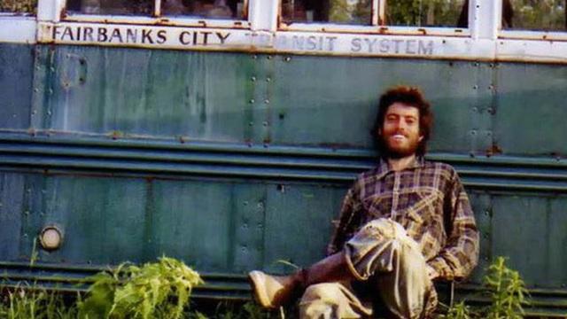 Bức ảnh chàng trai gầy gò chỉ còn 30kg ngồi trước xe buýt cũ và hành trình hoang dã dẫn đến cái chết thảm gây tranh cãi hàng chục năm