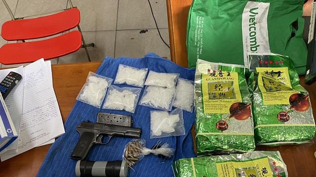 """Băng nhóm buôn ma tuý xuyên quốc gia đi """"siêu xe"""" thu gần 100 kg ma tuý, súng, quả nổ"""