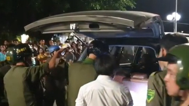 Tài xế cố thủ trong ô tô không giấy tờ, gắn logo báo chí