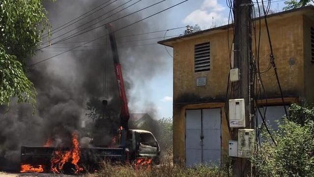 Xe cẩu thi công lăng mộ chạm đường điện cao thế, tài xế bị điện giật tử vong, xe cháy rụi