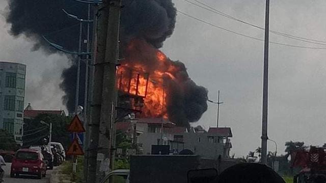 Hà Nội: Kho hoá chất sơn ở quận Long Biên đang bốc cháy dữ dội