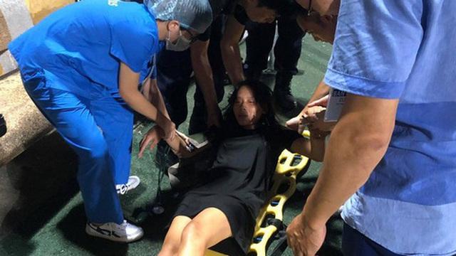 Fan nữ trên sân Hàng Đẫy bị ngất, được đưa đi cấp cứu vì tụt huyết áp, không ăn cơm trưa