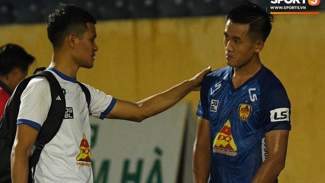 """Mệt rũ người sau trận đấu, cầu thủ Quảng Nam vẫn phải đứng chờ vì sợ cổ động viên Nam Định """"làm loạn"""""""