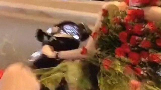 """Sau cô gái quệt trộm bánh kem, lại xuất hiện thánh """"nhổ trộm hoa"""" ngay ngoài đường khiến dân tình phẫn nộ"""