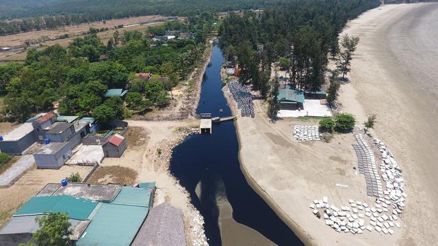 Vụ trang trại tôm xả thải ô nhiễm: Dân mang cả chai nước thải lên cho Phó Chủ tịch thị xã ngửi