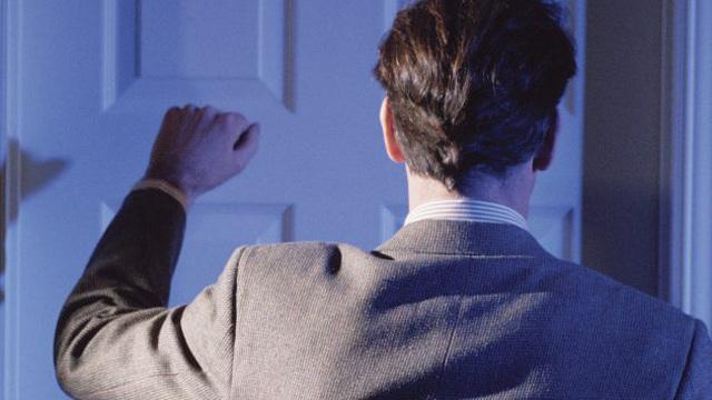 Có người gọi cửa, vợ ra mở kiếm được 200 đô từ hàng xóm rồi chết điếng sau câu hỏi của chồng